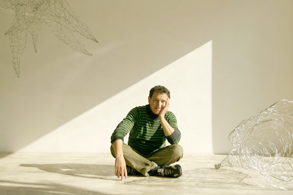 094201_1.tif. SAO PAULO, 01 DE AGOSTO DE 2007, o artista plastico Paulo Bordhin que trabalha com arame de aluminio tera seu trabalho exposto em Nova York. Paulo posa para foto na galeria Mali Villas Boas. (Foto: Julia Moraes / Folha Imagem) Monica Bergamo ILUSTRADA